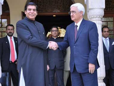 Pakistan Prime Minister Raja Pervez Ashraf (L) shakes hands with Foreign Minister Salman Khurshid at a hotel in Jaipur on 9 March 2013.  AFP