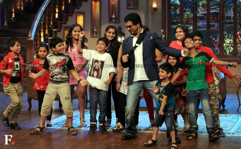 A 'Cham Dum Dum' moment as Shah Rukh Khan dances with kids on the sets of Comedy Nights With Kapil. Sachin Gokhale/Firstpost