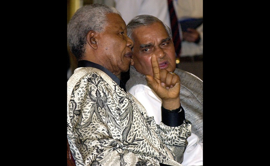 Former South African president Nelson Mandela (L) talks with Indian Prime Minister Atal Behari Vajpayee during an award ceremony at the Presidential palace in New Delhi, 16 March 2001.  Mandela receive the award of the International Gandhi Peace Prize for social, economic and political transformation from Indian President K. R. Narayanan (not pictured). AFP