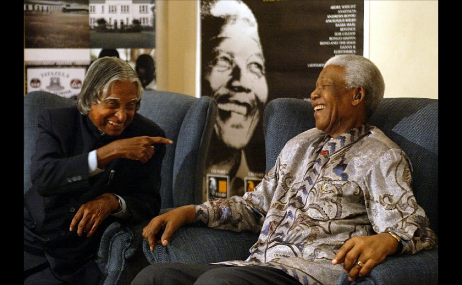 "Nelson Mandela (R) and India's President Addul Kalam enjoy a joke at Mandelas office in Johannesburg, 16 September 2004. An awestruck Indian President Abdul Kalam Thursday hailed anti-apartheid icon Nelson Mandela as a ""mighty spirit"" -- a term signifying near-divine status in his country -- after meeting with South Africa's most famous son.  AFP"