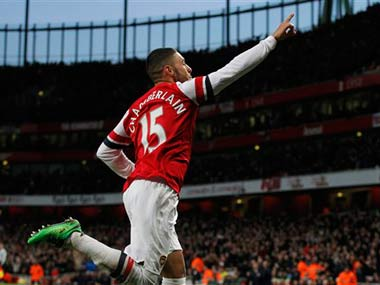 EPL OxladeChamberlain sends Arsenal top Liverpool held