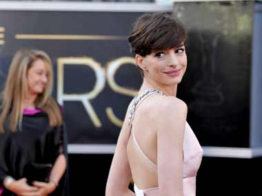 Anne Hathaway to present at Oscars