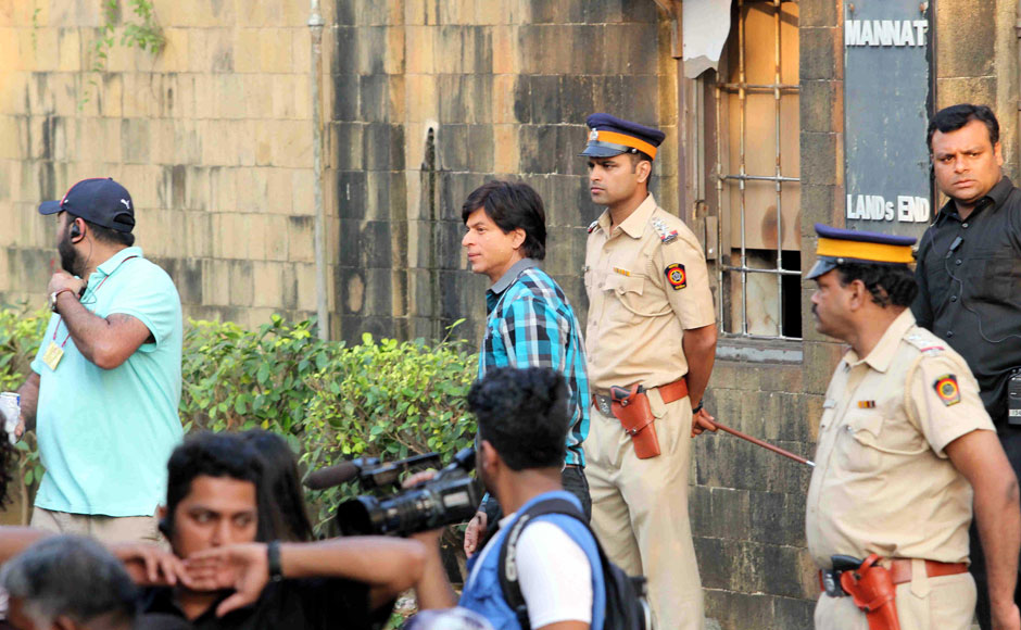 Fan moment Watch Shah Rukh being shooed away by security from the gates of Mannat