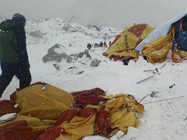 Nepal quake triggers avalanche in Everest killing 17 injuring 61