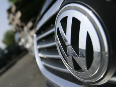 Volkswagen seeks to fix emissions-rigged diesel cars by end-2016, recall to begin in Jan