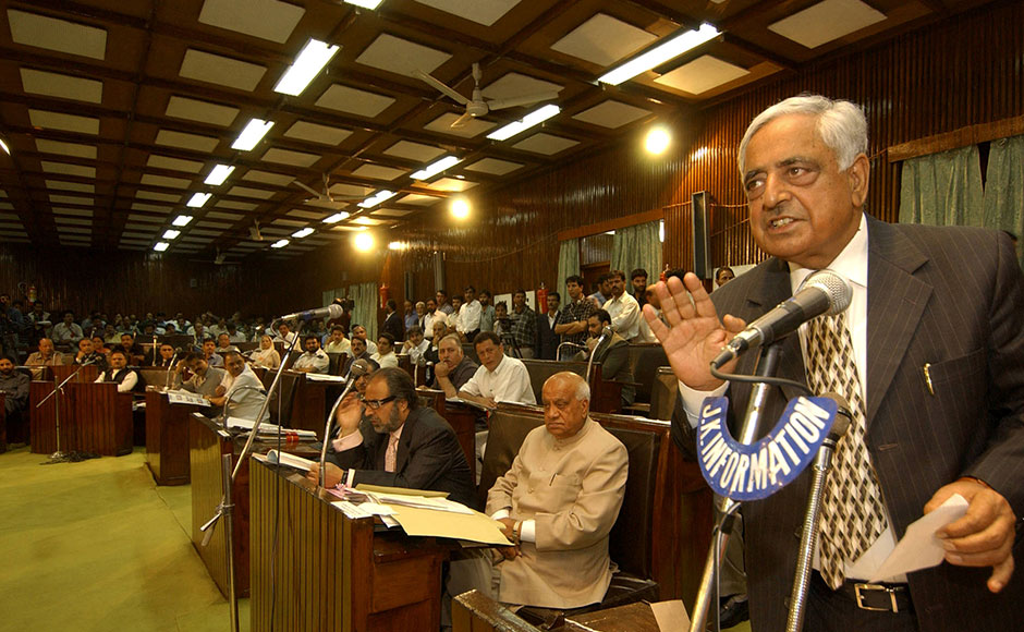 Chief Minister of India's northern state of Jammu and Kashmir, Mufti Mohammad Sayeed (R) delivers a speech at the State Legislature Complex in Srinagar, 27 September 2005. Indian-administered Kashmir's lawmakers called for an end to human rights violations by Indian troops amid suggestions by the region's leader that police take over counter-insurgency duties from the army. The issue of human rights violations was debated thoroughly by Kashmiri legislators in the state assembly. AFP PHOTO/Sajjad HUSSAIN