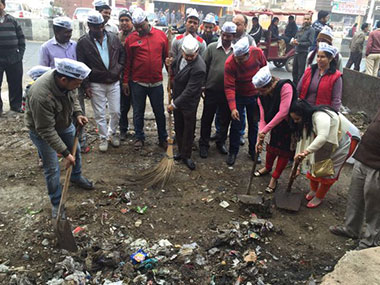 AAP leaders clean garbage in Delhi. Image courtesy: @AamAadmiParty/Twitter