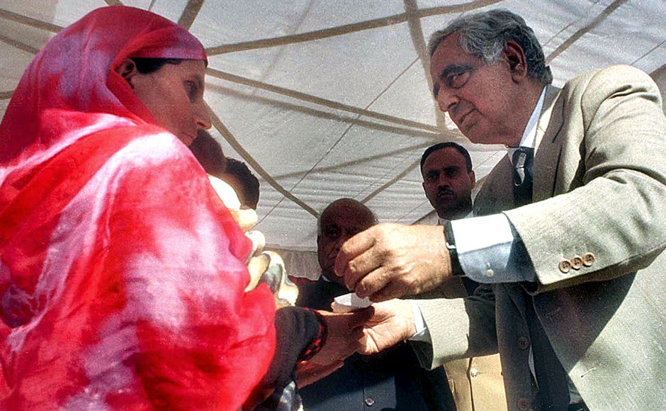 Kashmir Chief Minister Mufti Mohammad Sayeed (R) mets a Kashmiri widow (L) in Udhampur district, 30 November 2002. Continuing with his mission of providing a healing touch to militancy victims in Jammu and Kashmir, Mufti Mohammad Sayeed distributed appointment orders to the kin of 45 people who had fallen victim to militancy in Udhampur district. AFP PHOTO