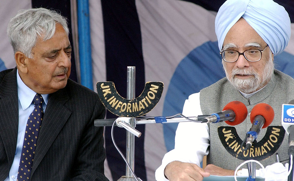 Indian Prime minister Manmohan Singh (R) is flanked by Jammu and Kashmir's Chief Minister Mufti Mohammad Sayeed (L) as he addresses a press conference at the military airport in Srinagar 11 October 2005, after touring the Indian Kashmir earthquake affected areas. The earthquake toll in Indian Kashmir jumped to 1,300 people with more than 32,000 houses damaged, Prime Minister Manmohan Singh told reporters in the summer capital of the state. AFP PHOTO Sajjad HUSSAIN