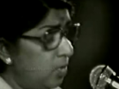 Lata Mangeshkar during her first rendition of Ae mere watan ke logon. Screen grab from YouTube