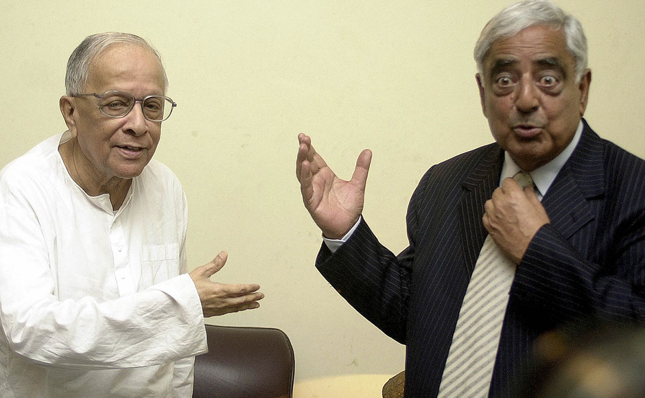 Former chief minister of the Indian state of West Bengal Jyoti Basu (L) shares a joke with Chief Minister of the Indian state of Jammu and Kashmir Mufti Mohammad Sayeed (R) , after a courtesy meeting at Basu's residence in Calcutta, 25 September 2004. Sayeed invited Basu to spend a vacation in Jammu and Kashmir while he was in Calcutta to promote tourism in Kashmir by attending a tourism fair. AFP PHOTO/ Deshakalyan CHOWDHURY / AFP / DESHAKALYAN CHOWDHURY