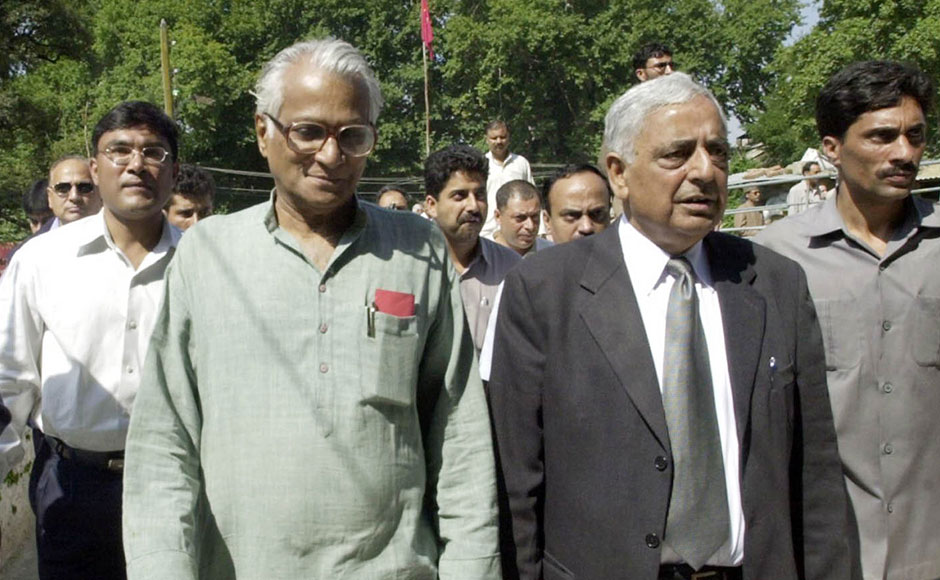 India's Defence Minister George Fernandes (L) and Chief Minister of the Indian state of Jammu and Kashmir Mufti Mohammad Sayeed (R) walk with security personel during a function at Mattan some 60 kms south of Srinagar, 14 September 2003. Fernandes visit comes as two Indian security force troops and a civilian were killed and four other people injured in two separate incidents in the Himalayan state. AFP PHOTO/Sajjad HUSSAIN / AFP / SAJJAD HUSSAIN