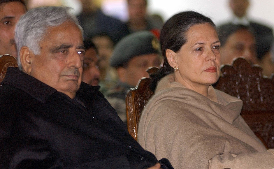 Kashmir Chief Minister Mufti Mohammad Sayeed (L) sits along with Congress party Leader Sonia Gandhi (R) who arrived at Srinagar civil airport, 23 Feburary 2005 to visit area affected by devastating snowslides. Army and civilian rescuers are braving icy conditions and harsh Himalayan winds to search for survivors of snowslides in Indian Kashmir as the death toll crossed 200, official said. AFP PHOTO / Sajjad HUSSAIN / AFP / SAJJAD HUSSAIN