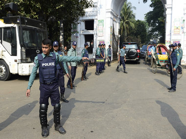 Bangladeshi police officials stand guard following a reprieve petition of Jamaat-e-Islami leader Motiur Rahman Nizami's death sentence by The Supreme Court in Dhaka on 6 January, 2016.  AFP PHOTO