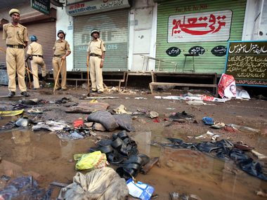 Police officials stand guard at a blast site outside a mosque in Malegaon, 9 September, 2006. Reuters