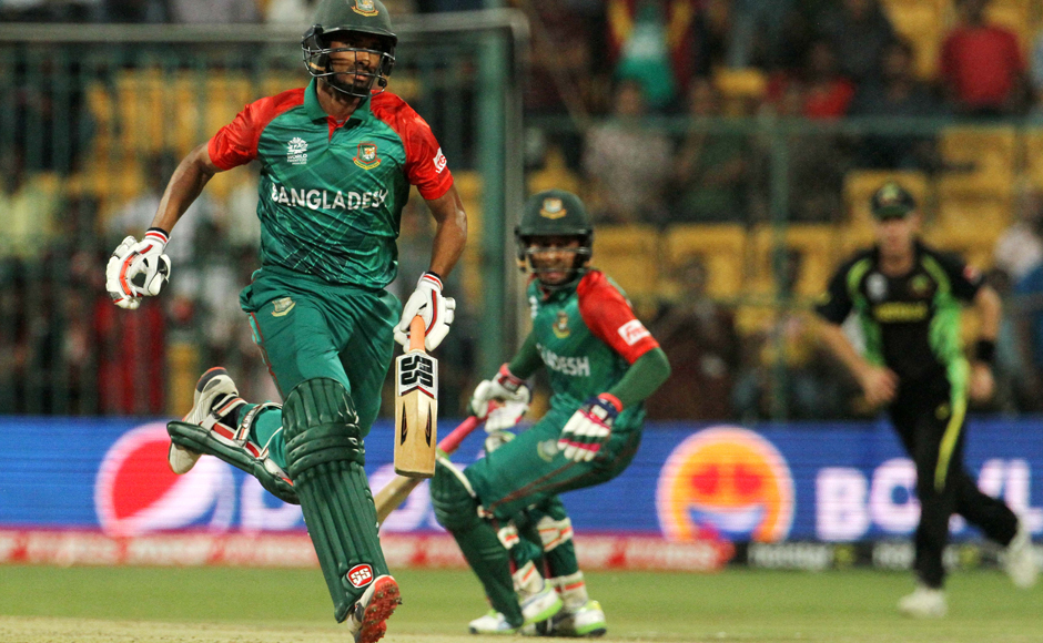 Mahmudullah (left) and Mushfiqur Rahim do some quick running between the wickets. Solaris Images