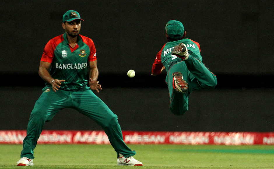Mohammad Mithun (right) dives in vain while attempting to take a catch of Shane Watson. Solaris Images