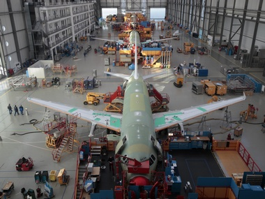 General view of the Single Aisle A320 production line at the Airbus facility in Finkenwerder near Hamburg February 23, 2011.   REUTERS/Christian Charisius (GERMANY - Tags: SCI TECH TRANSPORT BUSINESS)