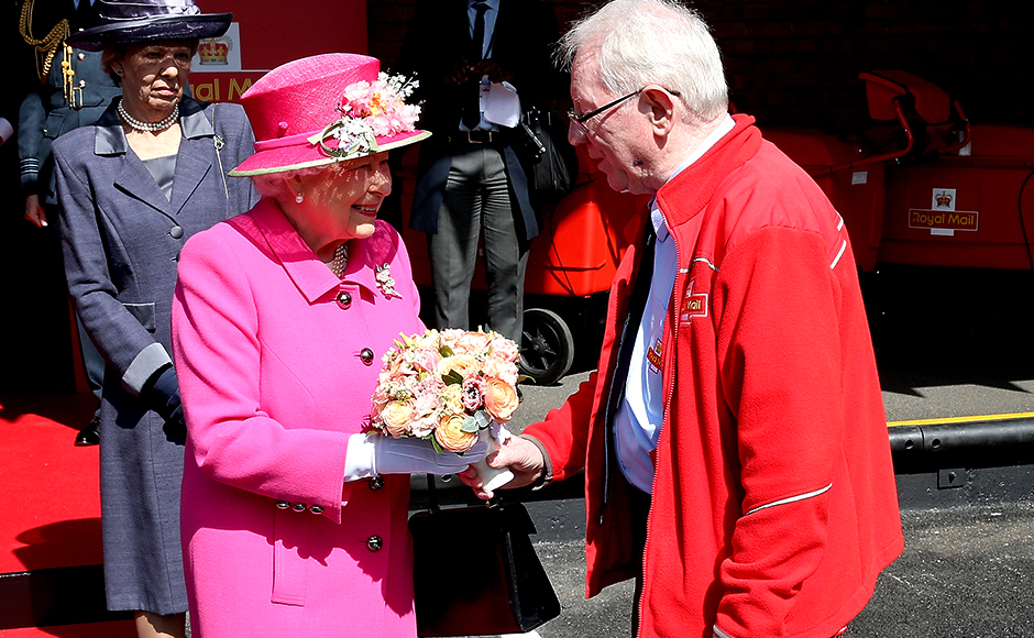 Britain's Queen Elizabeth II meets Britain's longest serving postman Bob Hartley as she visits the Queen Elizabeth II delivery Office in Windsor with Prince Philip, Duke of Edinburgh on April 20, 2016 in Windsor, Britain. The visit marks the 500th Anniversary of the Royal Mail delivery service. The Queen and Duke of Edinburgh are carrying out engagements in Windsor ahead of the Queen's 90th Birthday tommorow. REUTERS/Chris Jackson/Pool