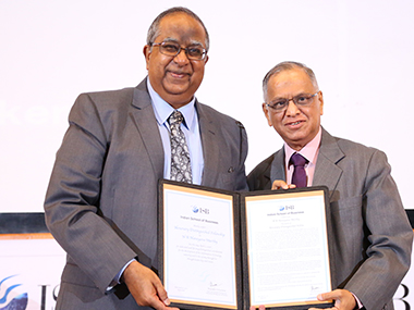 Professor Rajendra Srivastava, Dean, ISB conferring the ISB Honorary Distinguished Fellowship on N R Narayana Murthy, Founder Infosys and Catamaran Ventures