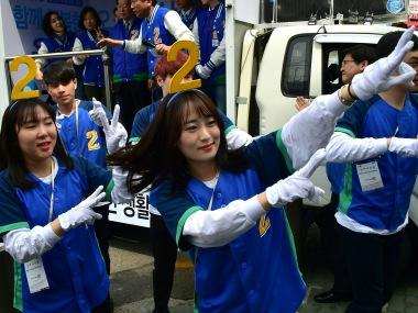 Supporters of South Korean main opposition Minjoo Party dance during a campaign for the parliamentary elections in Seoul on April 12, 2016.  South Koreans will go to the polls on April 13 in legislative elections, overshadowed by multiple economic challenges and North Korean nuclear threats. / AFP PHOTO / JUNG YEON-JE