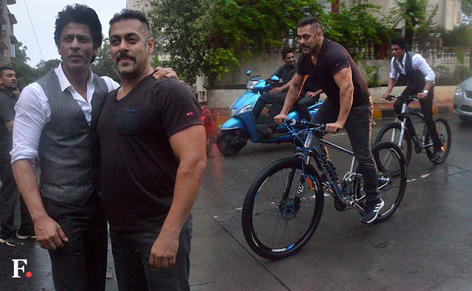 On 1 july early morning, SRK and Salman took a fun cycle ride as early as 5.45 am in the morning. Sachin Gokhale/ Firstpost