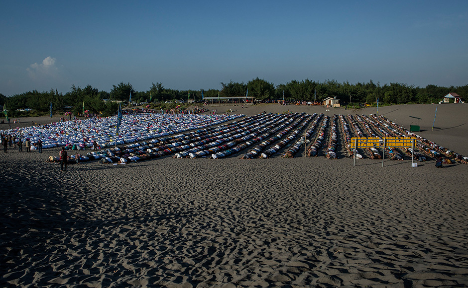 INDONESIA - JULY 06: Indonesian muslims perform Eid Al-Fitr prayer on 'sea of sands' at Parangkusumo beach on July 6, 2016 in Yogyakarta, Indonesia. Eid Al-Fitr marks the end of Ramadan, during which Muslims in countries around the world spend time with family, offer gifts and often give to charity. (Photo by Ulet Ifansasti/Getty Images)