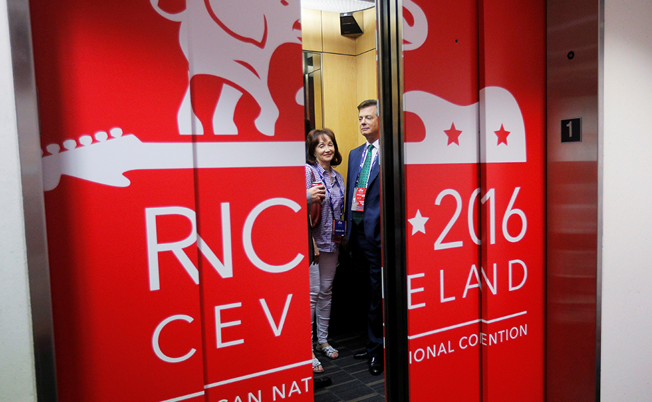 Paul Manafort, campaign manager to Republican Presidential Candidate Donald Trump, and his wife Kathleen ride the elevator at the Republican National Convention in Cleveland, Ohio, U.S. July 17, 2016. (REUTERS/Brian Snyder)