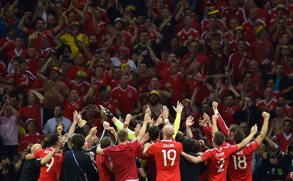 Wales' players celebrate at the end of the Euro 2016 quarter-final football match between Wales and Belgium at the Pierre-Mauroy stadium in Villeneuve-d'Ascq near Lille, on July 1, 2016. / AFP PHOTO / PHILIPPE HUGUEN