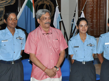Manohar Parrikar with the newly commissioned women fighter pilots. PIB