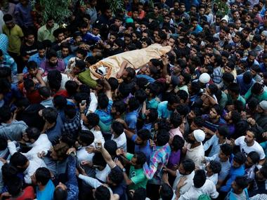 Kashmiri Muslims carry the body of Burhan Wani, a separatist militant leader, during his funeral in Tral, south of Srinagar, July 9, 2016. REUTERS/Danish Ismail