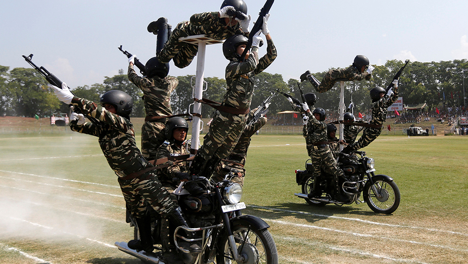 Indian policewomen perform a stunt on their motorbikes during the full-dress rehearsal ahead of India's Independence Day celebrations in Srinagar, August 13, 2016. REUTERS/Danish Ismail - RTX2KGVA