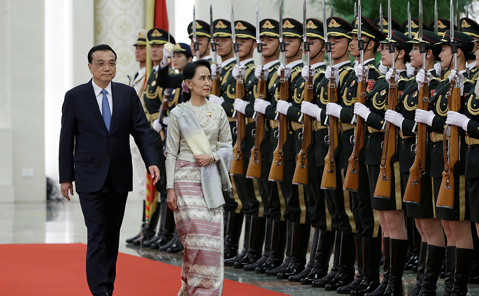 China's Premier Li Keqiang and Myanmar State Counselor Aung San Suu Kyi (R) review honour guards during a welcoming ceremony at the Great Hall of the People in Beijing, China, August 18, 2016. REUTERS