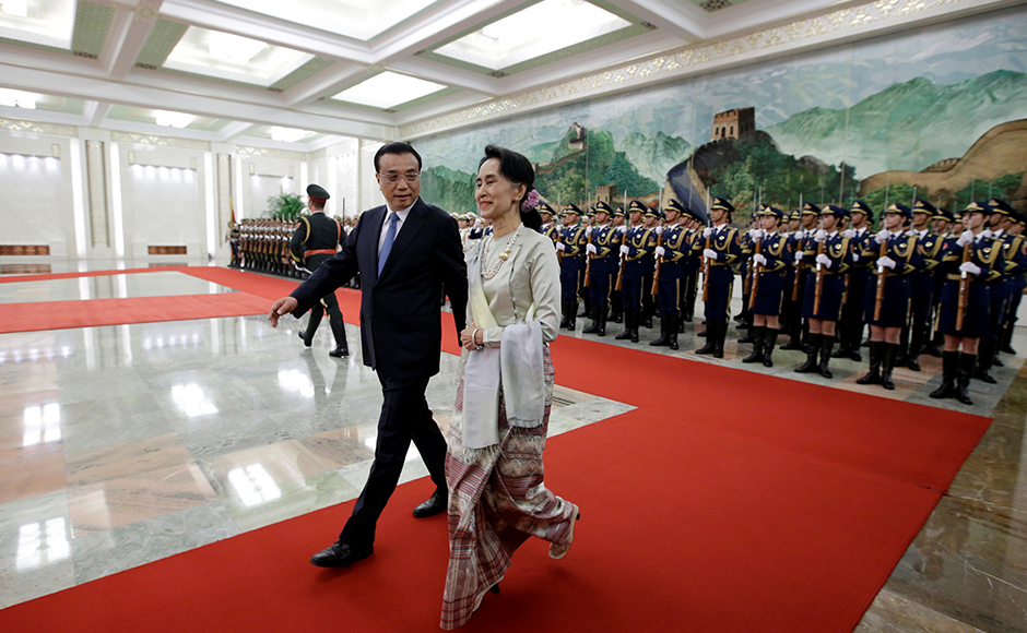 China's Premier Li Keqiang and Myanmar State Counselor Aung San Suu Kyi (R) attend a welcoming ceremony at the Great Hall of the People in Beijing, China, August 18, 2016. REUTERS