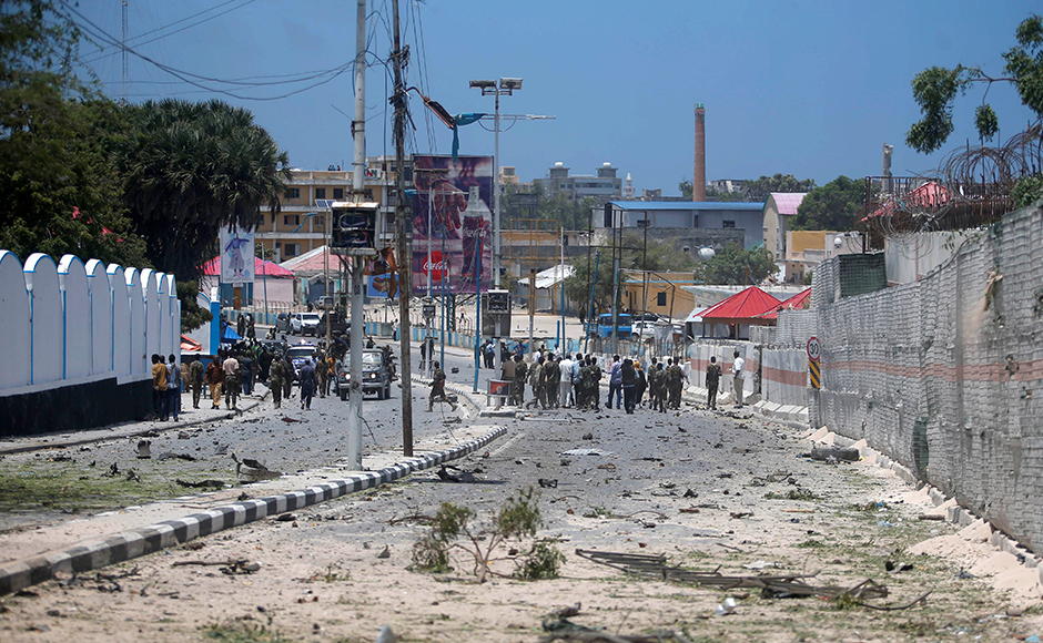 A general view shows Somali government forces securing the street near the scene of a car bomb claimed by al Shabaab Islamist militants outside the president's palace in the Somali capital of Mogadishu, August 30, 2016.Reuters