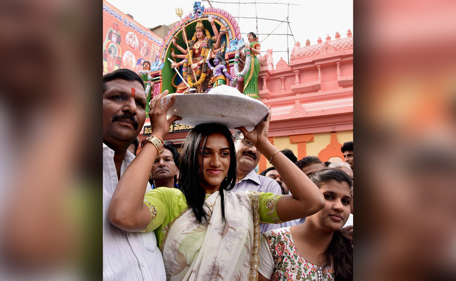 PV Sindhu fulfils pre-Olympic pledge, offers prayers at Hyderabad's Lal Darwaza temple