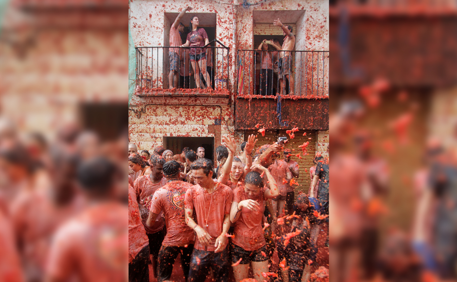 Revellers battle with tomato pulp during the annual 'Tomatina' (tomato fight) festival in Bunol near Valencia, Spain, August 31, 2016. REUTERS
