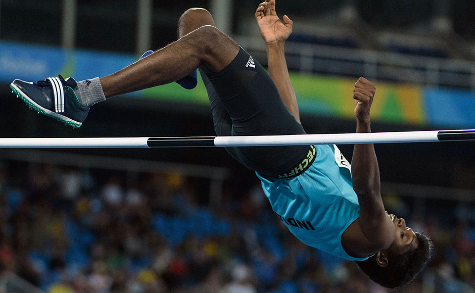 India's Mariyappan Thangavelu jumps in the men's final high jump - T42 during the Paralympic Games at the Olympic Stadium in Rio de Janeiro on September 9, 2016. / AFP PHOTO / Yasuyoshi Chiba