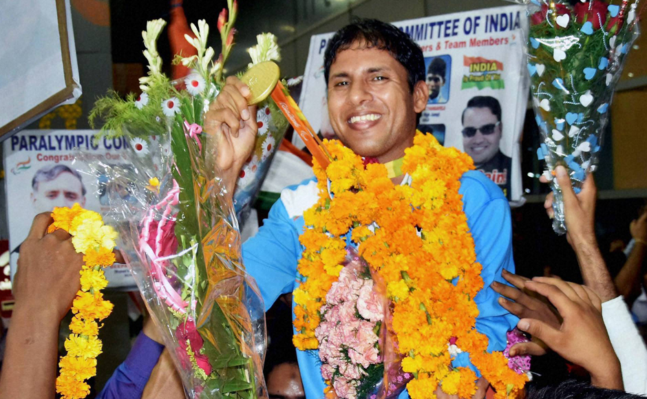 New Delhi: Para Olympic medal winner Devendra Jhajharia being welcomed on his arrival at IGI airport in New Delhi on Thursday. PTI Photo (PTI9_22_2016_000104B)
