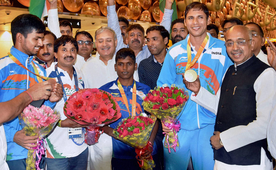 New Delhi: Sports Minister Vijay Goel and MoS Rao Inderjit Singh greet Para Olympics players on their arrival at IGI airport in New Delhi on Thursday. PTI Photo (PTI9_22_2016_000106B)