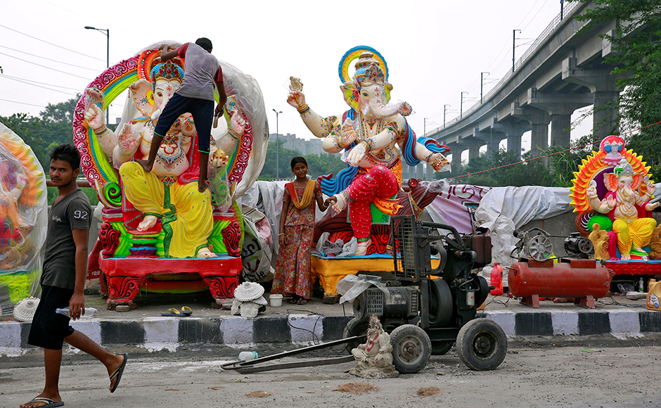 Workers transport an idol of Hindu god Ganesh, the deity of prosperity, on a cart ahead of the Ganesh Chaturthi festival, in Bengaluru, India August 30, 2016. REUTERS/Abhishek N. Chinappa