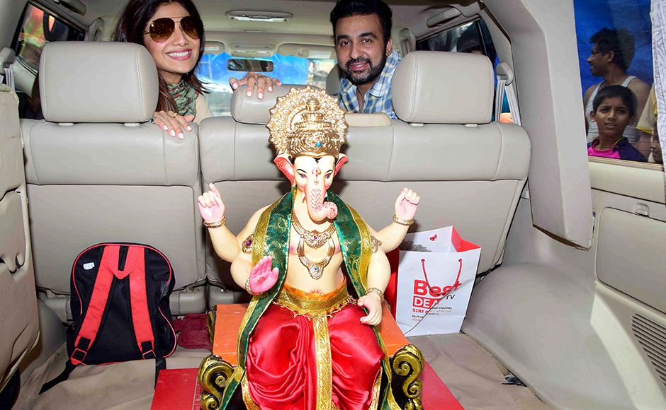 Bollywood actor Shilpa Shetty along with her husband Raj Kundra arrive at Murtikar Santosh Kambli Workshop in Chinchpokli to collect a idol of Hindu elephant-headed god Ganesh for installation, in Mumbai, India on September 4, 2016. (Sanket Shinde/ SOLARIS IMAGES)