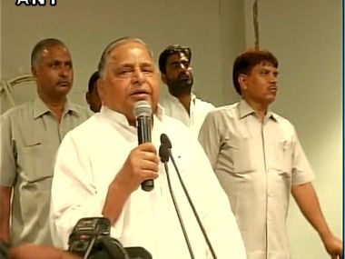 Samajwadi Party supremo Mulayam Singh Yadav addressing party members at SP headquarter in Lucknow. Image courtesy: @ANI_news