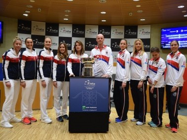 France and Czech Republic teams pose with the Fed Cup trophy. Image courtesy: Twitter/@FedCup