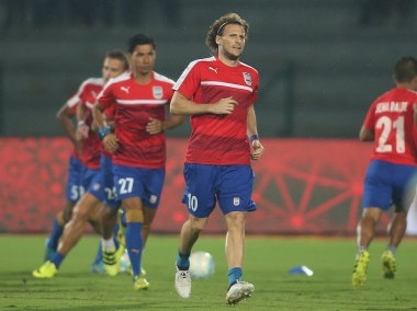 Mumbai City FC captain Diego Forlan warms up with his teammates. ISL