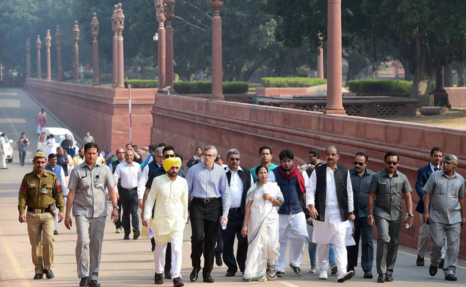 TMC Supremo and West Bengal Chief Minister Mamata Bannerjee, National Conference leader Omar Abdullah, AAP MP Bhagwant Mann and MPs at a protest march towards Rashtrapati Bhavan over demonetisation issue, in New Delhi on Wednesday. PTI Photo by Manvender Vashist(PTI11_16_2016_000279B)