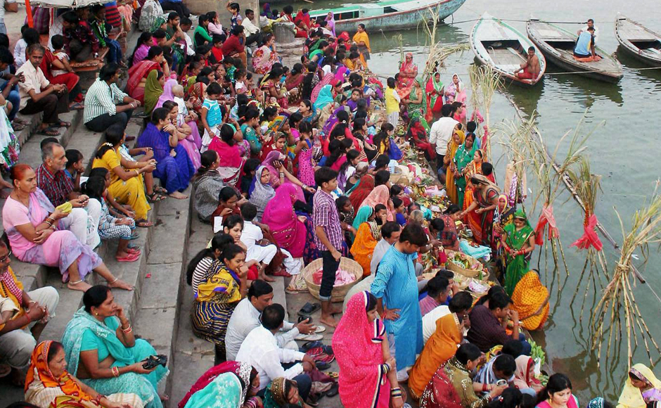 Devotees worshiping on the occasion of the Chatt festival on the banks of Ganga river at Varanasi on Sunday. PTI Photo(PTI11_6_2016_000094B)