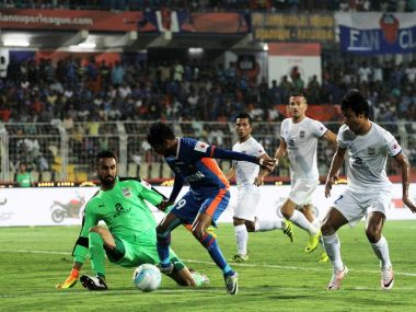 Romeo Fernandes of FC Goa tries to get past Mumbai City FC goalkeeper Amrinder Singh. ISL