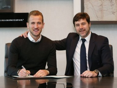 Harry Kane with Tottenham manager Mauricio Pochettino. Image courtesy: Twitter/@HKane
