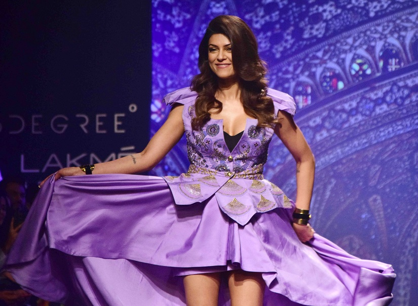 Sushmita Sen displays the creation of fashion designer Sashi Vangapalli.(Sanket Shinde/ SOLARIS IMAGES)